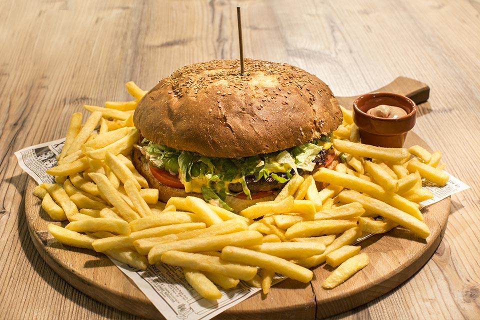 Panino Hamburger da 1 kg, chips e birra: la serata perfetta esiste!