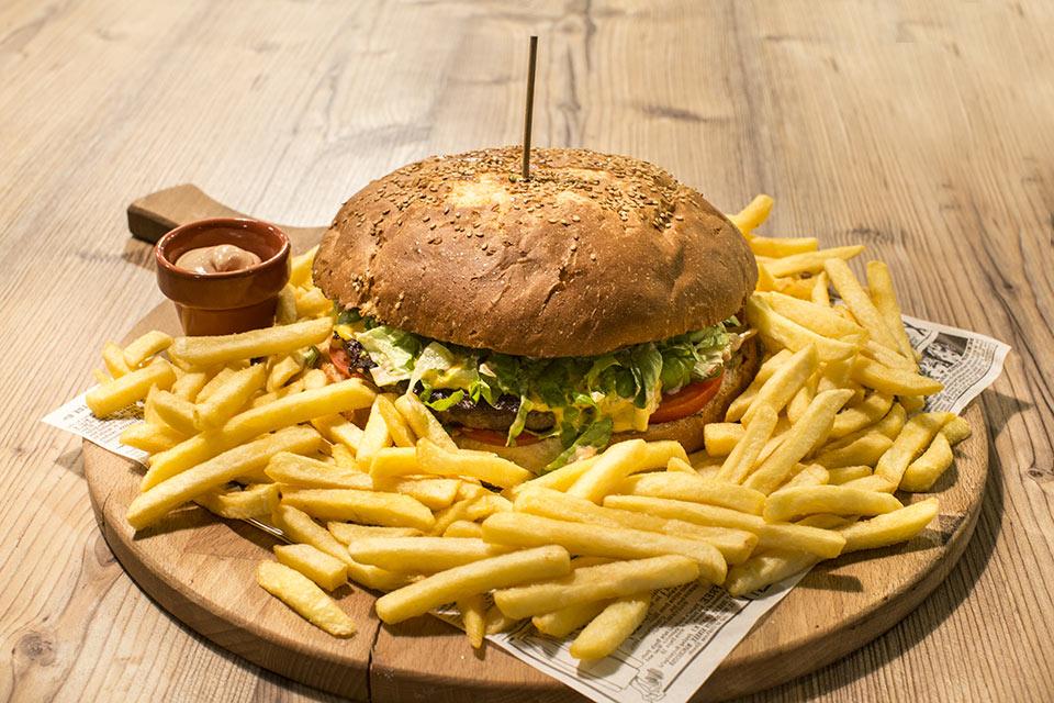 Il 27 Febbraio 2020, panino Hamburger da 1 kg, patatine e birra: la cena perfetta esiste eccome.